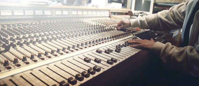 שימו אוזן: 6 תכניות רדיו שאתם חייבים להכיר